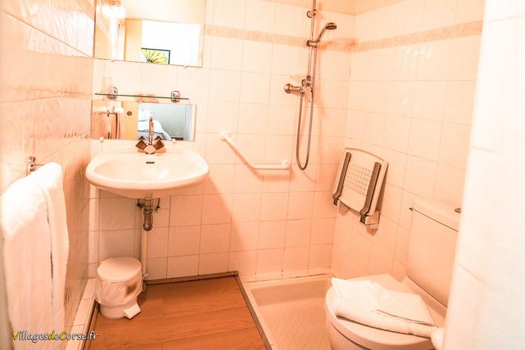 Salle de bain acces handicape Monte d Oro Hôtel à Vivario