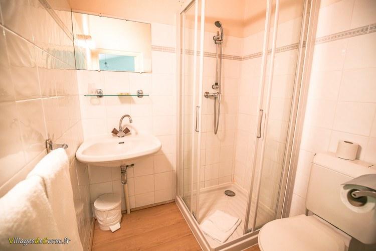 Salle douche Monte d Oro Hôtel à Vivario