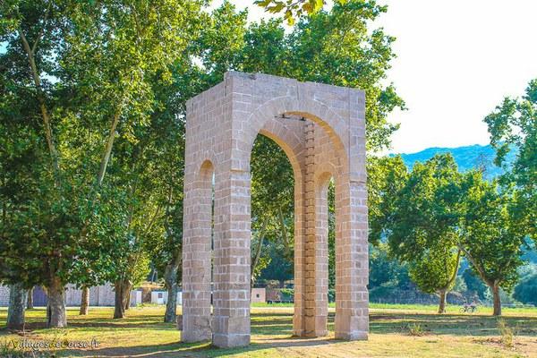 Arc à l'entrée du pénitencier de Coti Chiavari