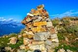 Amas de pierres randonnees sommet sant eliseo